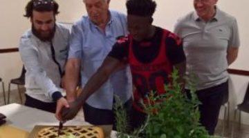 Don-Luigi-Guerrini-taglia-la-torta-insieme-ai-ragazzi-di-Casa-Teresa_reference
